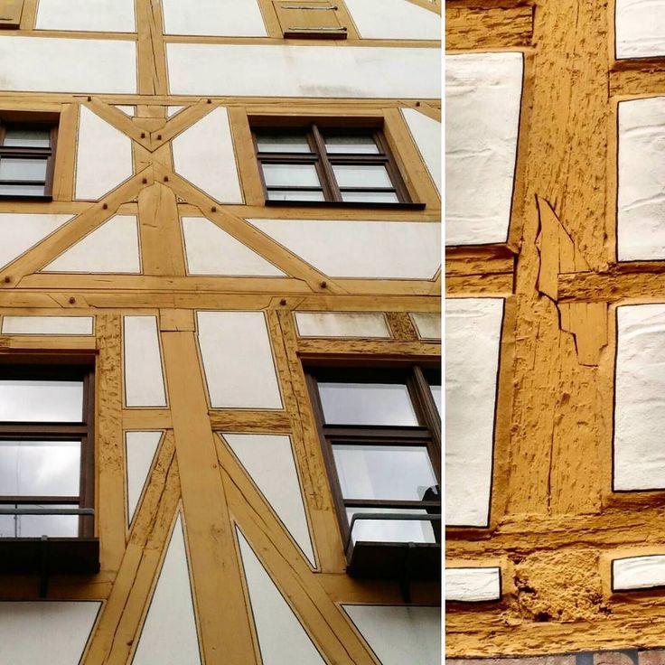 """#Nürnberg 'n vanhassa kaupungissa on kiitettävästi näitä toisesta maailmansodasta selvinneitä rakennuksia. Tämän #fachwerkhause 'n julkisivut on palautettu alkuperäiseen asuun. Restaurointityön voi jäljittää ristikkorakenteen hirsiin hakatuista """"kynsistä"""": puun pinta on jossain vaiheessa rikottu jotta koko julkisivun voisi rapata yli ja saavuttaa näin hieman modernimman ilmeen. Palautushommissa on jouduttu rappauksen pudottamisen lisäksi tekemään hauskoja hirsipaikkoja siitä esimerkki…"""