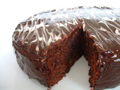 Çikolata ve vişnenin müthiş uymunu bu keki yerken de fazlasıyla hissettim.Aslında Edirne'den gelen badem ezmelerini değerlendirmek için yap...