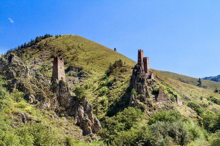 Раньше здесь проходил знаменитый Великий шёлковый путь. Время давно смыло следы торговли, но неприступные башни до сих пор защищают эти изумрудные земли.