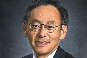 Steven Chu est un physicien renommé. Il a reçu le Prix Nobel de Physique en 1997, pour ses recherches sur les techniques de lasers refroidissant et piégeant les atomes. Il a été nommé en 2008 Secrétaire à l' Énergie par le président des États-Unis Barack Obama. Il est un fervent défenseur des énergies renouvelables et s'inscrit activement dans la lutte contre le réchauffement climatique en orientant ses recherches vers des technologies réduisant les émissions de gaz à effet de serre.