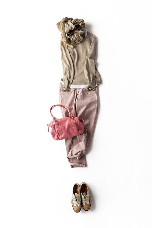 このコーディネート、単行本「K.K closet」でも紹介した着こなしの小物違いバージョンです。スモーキーなピンクのバッグに、靴はウイングチップに変更。春晴れの日にはこのくらい甘さを効かせたいな。