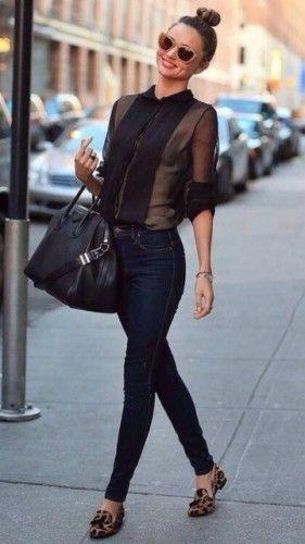 透け感のある黒シャツに黒いスキニーデニムを合わせて落ち着いたコーデに❤︎お手本はミランダ・カーを参考に❤︎