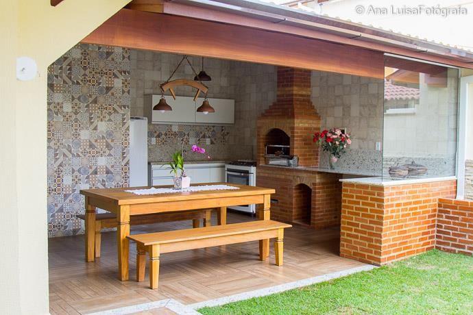 Reforma de um quintal englobando a área de churrasqueira, com criação de um espaço relaxante no jardim. (Créditos para as fotos de Ana Luisa Fotógrafa e Projeto feito pela arquiteta Joana Segatto do escritório de arquitetura ArqOffice).