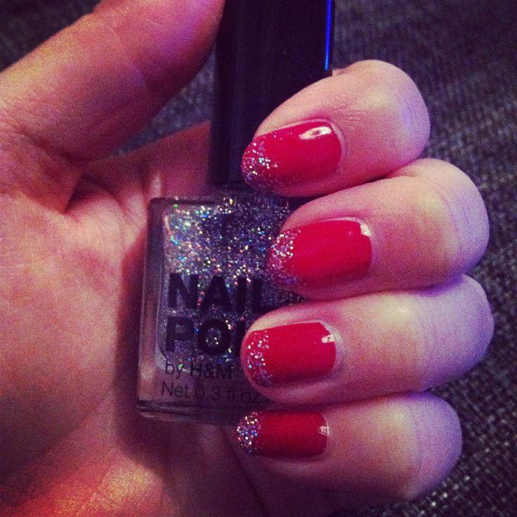 Röda naglar med glittriga toppar.