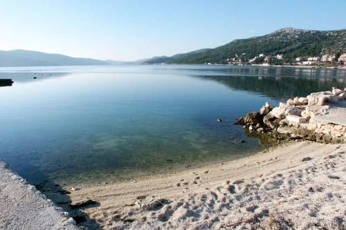 Apartment Seget Vranjica 1050c Seget Donji Situated in Seget Vranjica, this air-conditioned apartment is 21 km from Split. Guests benefit from terrace. Free WiFi is provided throughout the property and free private parking is available on site.