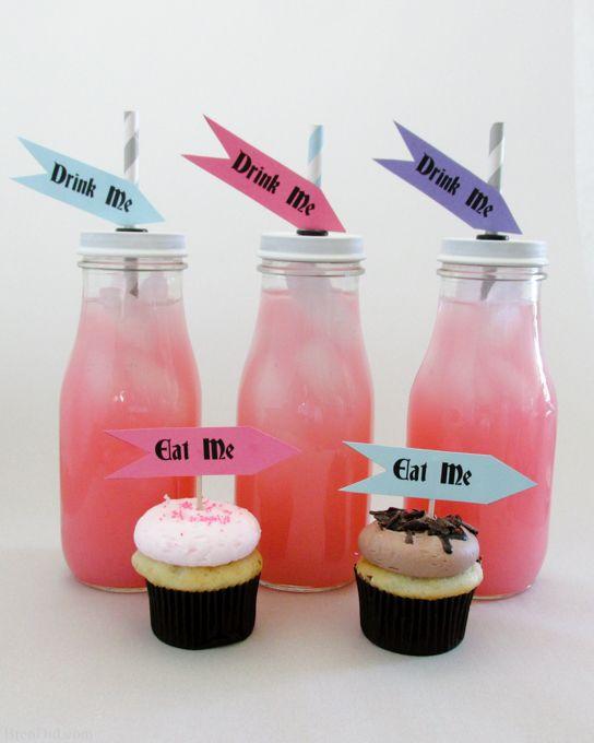 Cupcakes con mensajes de comeme para fiesta temática de Alicia en el país de las maravillas. #FiestasDe15Cali