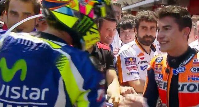 Valentino Rossi menjabat tangan Marc Marquez usai balapan di Sirkuit Catalunya. (Sumber Foto : Jaw...