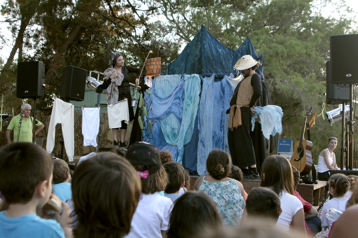 """""""Γιατί φυσάει ο άνεμος;"""". Η Αγγελική και ο Κωνσταντής από τους Φτουξελευθερία  ενθουσίασαν παιδιά και μεγάλους."""