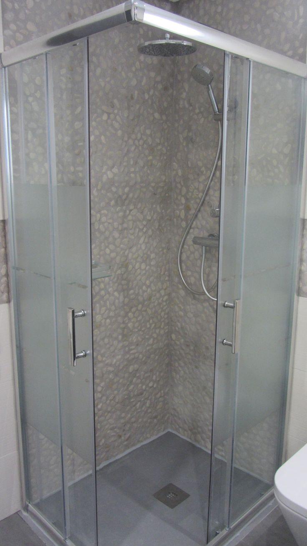El resultado final, el plato de ducha de carga mineral, personalizado en color Ral 7042, se ha integrado en el solado para facilitar al máximo el acceso.