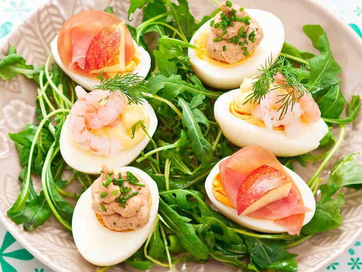Tonnikala ja mätitahna, kylmäsavukinkku tai katkarapu. Täytetyt munat kolmella eri tavalla. http://www.yhteishyva.fi/ruoka-ja-reseptit/reseptit/taytetyt-munat-kolmella-tavalla/0155