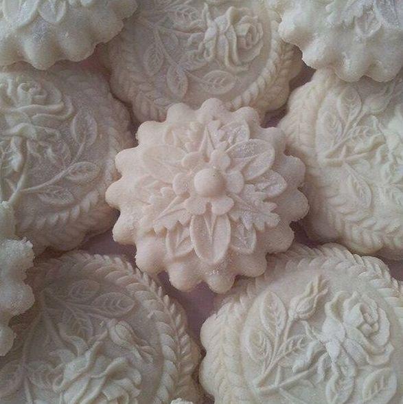 Very special, highly detailed flower springerle cookies--they are beautiful! (From: Instagram: springerle_petra Petra Mösli Änis-Paradies www.springerle.com )