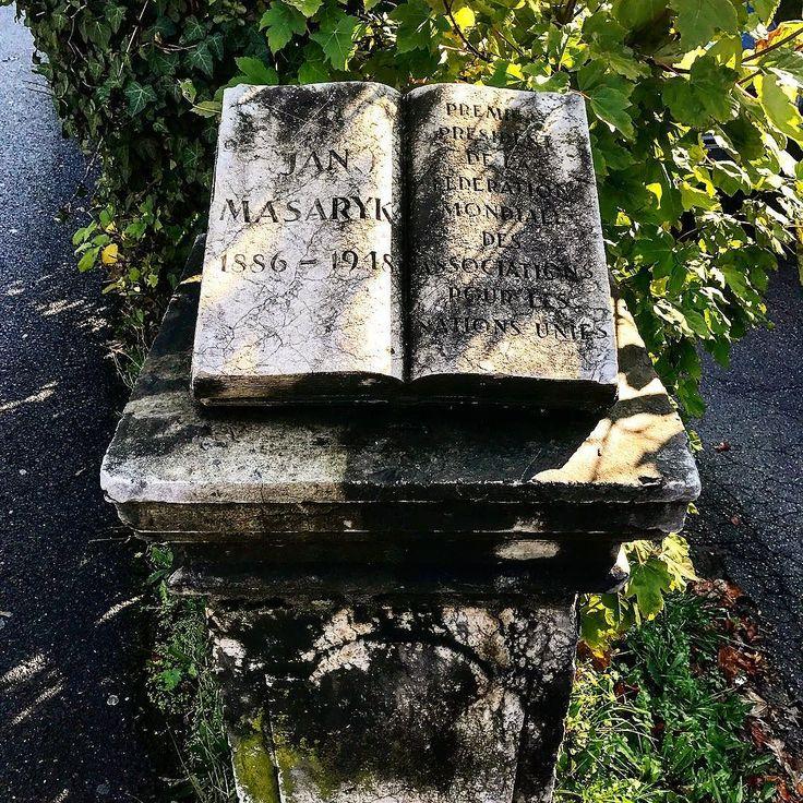 Обнаружился памятник или даже просто упоминание первому президенту Чехии  в скверике около здания ООН  в Женеве  #этожизнь #осень #новаяжизнь #путешествие #октябрь #2016 #travel #october #traveling #reisen #followme #photoart #швейцария #switzerland #женева #geneve