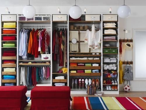 Fancy Ordnung im Kleiderschrank Stangen und Laden sorgen f r bersicht