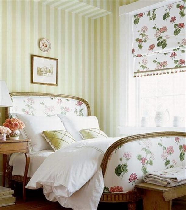 Sovrum med exta allt. Mer textil, mer färg, medaljongtapeter, maffiga sängramar, speglar, guld och sminkbord. 23 sovrum i budoir-stil.