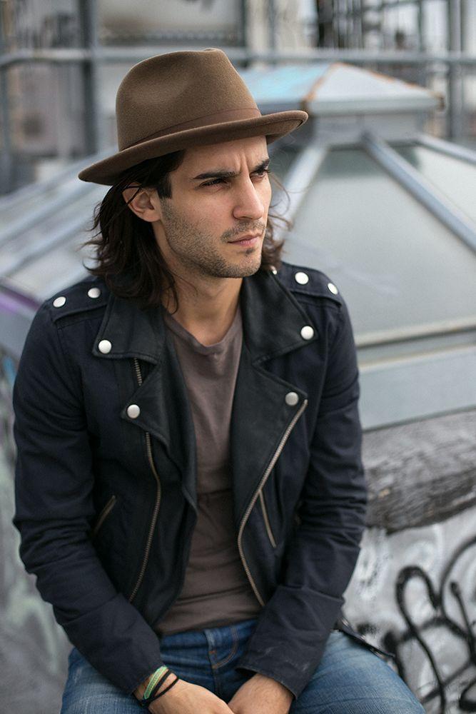 Chapeau en feutre marron porté avec un perfecto en cuir noir #chapeau #mode #look #style #menstyle #hat