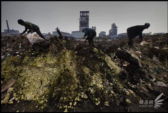Chemical waste from Jiangsu Taixing Chemical Industrial District (江苏泰兴化工园区) dumped on top of the Yangtze River bank