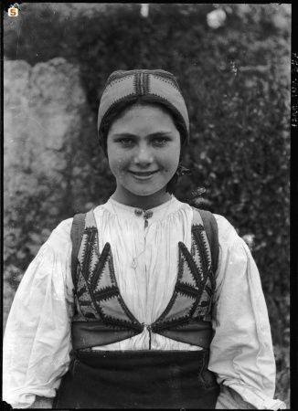 Nasce a Desulo nel 1908 la fanciulla destinata a diventare leggendaria certo per la sua bellezza ma soprattutto per una consapevole scelta di vita d'anonimato davanti ad una carriera di successo