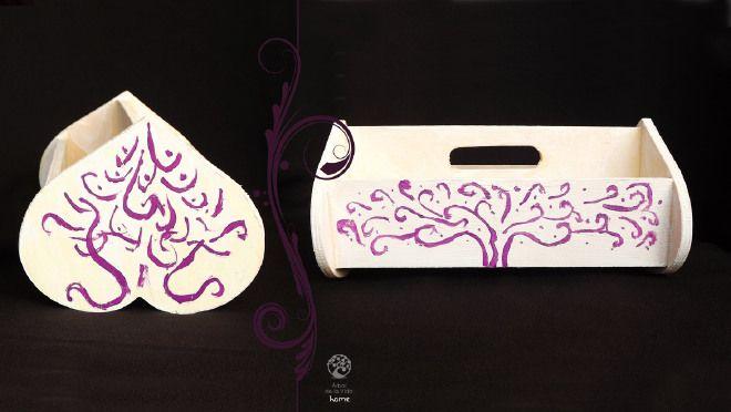 portatovaglioli in legno dipinto a mano. Base bianca con alberi della vita viola