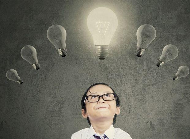 Trop souvent limitée à sa mesure par le quotient intellectuel (QI), l'intelligence est pourtant un sujet très vaste et diversifié. En 1983, Howard Gardner, un psychologue du développement, énonçait sa théorie des intelligences multiples. Alors que traditionnellement, à l'école, seules deux types d'intelligence mesurant les capacités verbales et logico-mathématique étaient valorisées, il existerait six autres formes d'intelligence. Des intelligences multiples qui permettent à chaque individu…
