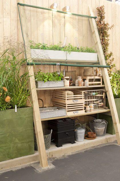 Een kas tegen de muur van je huis of schuur is handig voor kruidenplanten, tuingereedschap of om planten te laten overwinteren.