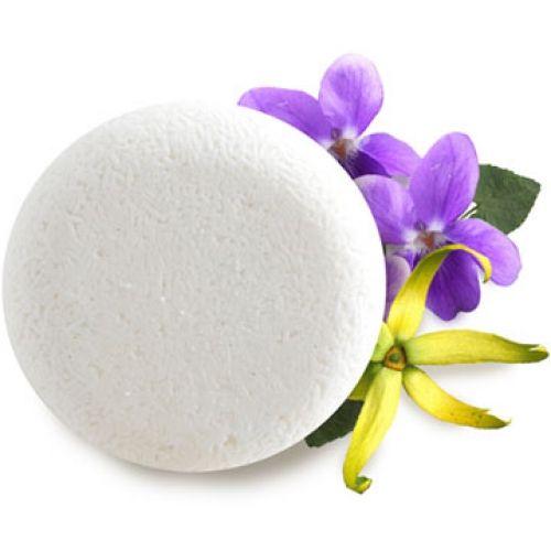BRILLANTISSIME    Donnez à vos cheveux la brillance ultime grâce à ce shampooing à l'odeur enivrante.    L'ylang-ylang, l'absolu de feuille de violette et les huiles essentielles exotiques donnent de la souplesse et de l'éclat à vos cheveux en un seul geste.