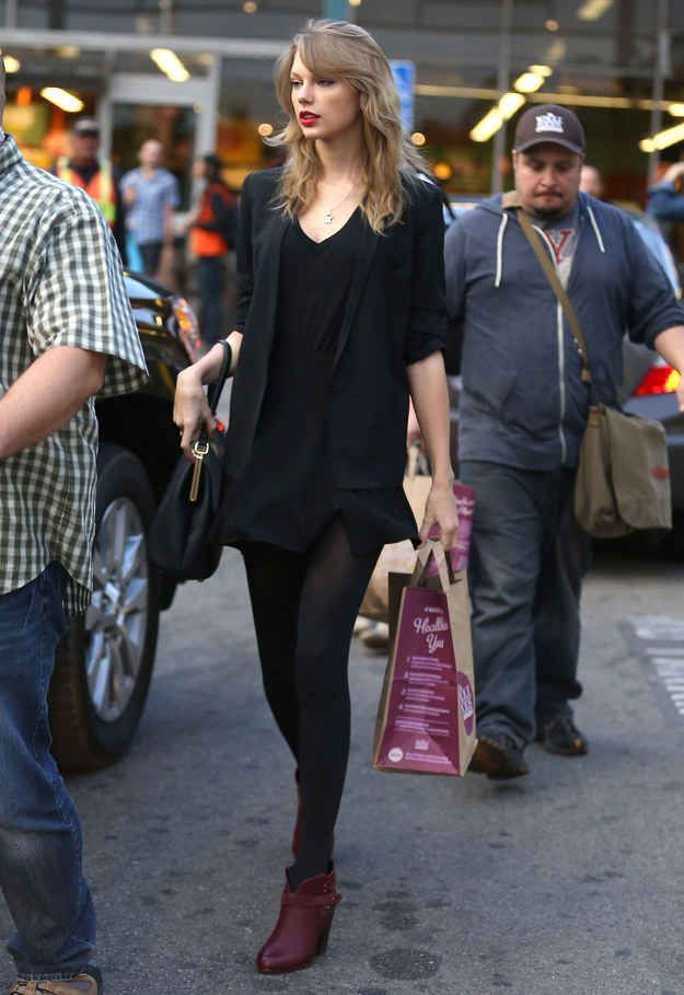 She is quite stylish. This is how Taylor Swift looks carrying a Whole Foods shopping bag. More beyond the link.