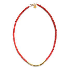 Kleuren: De korte ketting heeft een gouden tube met rode kralen. Het kettinkje met de gouden munt is gecombineerd met rood, geel, groen, blauw, zwart, en wit.Materiaal: ; Glas met verguld nikkelvrij metaal.Afmeting: De korte ketting rood met goud is 40 cm.