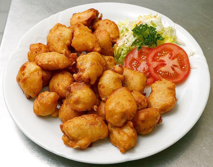 Kuřecí kostky v česnekovém těstíčku podle Čiriny: 60 dkg kuřecích prsíček, dvě vejce, dvě deci mléka, dvacet deka hladké mouky, sůl, šest stroužků česneku, deset deka strouhaného eidamu, olej na smažení. Maso nakrájíme na kostky, z vajec, mléka, strouhaného eidamu, prolisovaného česneku a soli uděláme hutné těstíčko a necháme je chvíli odstát. Po chvilce v něm obalujeme maso a smažíme každý kousek zvlášť v rozpáleném oleji do zlatova.