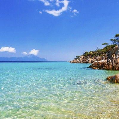 Eine unterschätzte Idylle Dein Ziel ist Kassandra, der linke Fuß der Halbinsel Chalkidiki. Fernab von Zentren wie Athen, Kreta und Rhodos erwarten dich einsame Buchten und weitläufige Wanderwege.