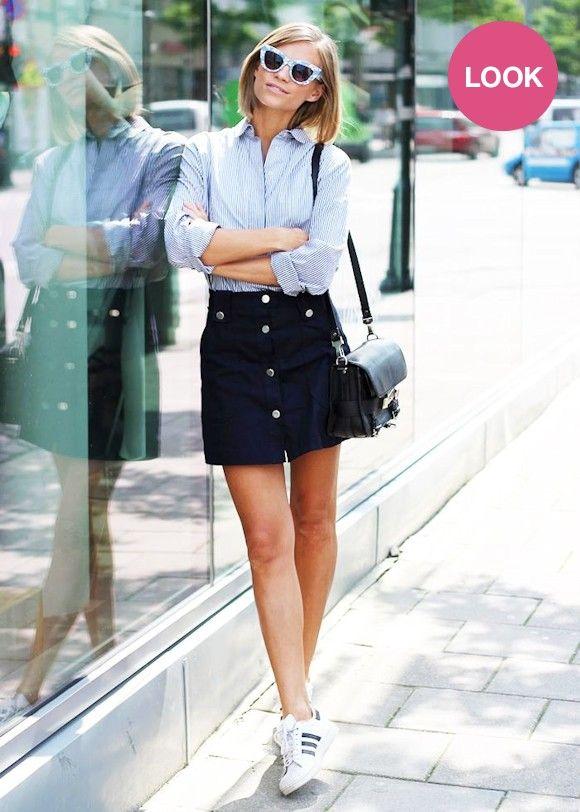 Chemise à rayures, mini jupe bleu marine boutonnée, baskets Adidas Superstar blanches : un look parfait à copier maintenant ! #outfit #streetstyle