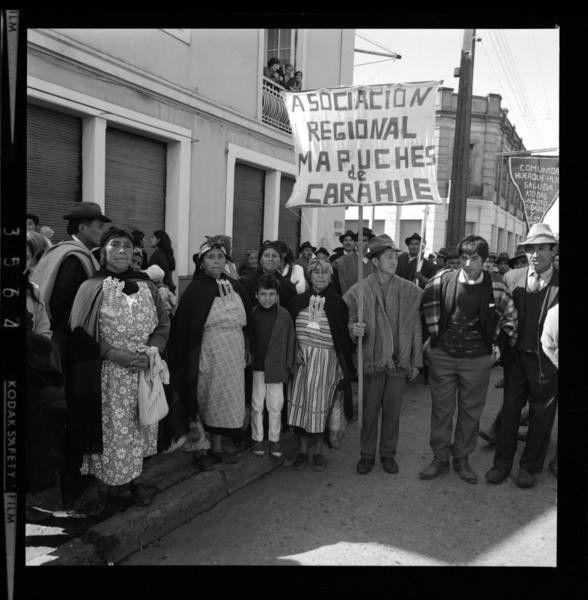 Tres mil negativos salen a la luz, gracias a un fotógrafo que registró la vida de los chilenos durante el gobierno de Salvador Allende. El Golpe de Estado lo llevó a enterrar su secreto, pero hoy se muestra públicamente en la web de la Biblioteca Nacional Digital y las puedes ver aquí.