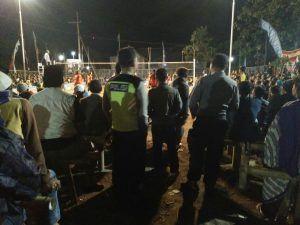 Anggota Polsek Dolopo Berikan Rasa Aman Di Pertandingan Bola Voli Bupati Madiun Cup