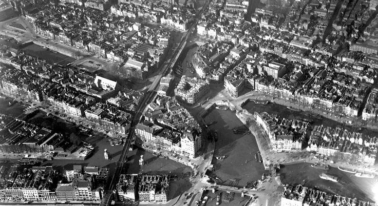 1935. Witte Huis en Oude Haven.  Gezien vanaf de Maas.