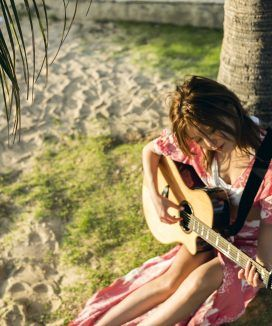 宇野実彩子ハワイでギター