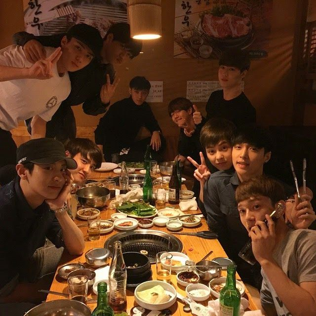 EXO members hangout for a meal; heartwarming photo of 10