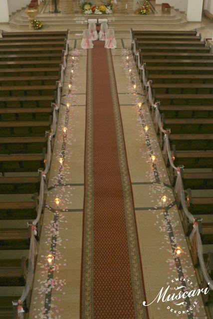 płatki lampiony - biel i róż w dekoracji ślubnej kościoła