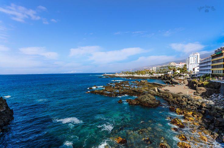 Die Bucht San Telmo - mitten in Puerto de la Cruz. Puerto de la Cruz liegt ja bekanntlich an der Nordküste von Teneriffa. Mit diesem Bild zeige ich euch die Bucht San Telmo. Das ist hier in der Innenstadt eine beliebte Badestelle. An der Häuserzeile rechts im Bild liegt die Uferpromenade.  Tenerife, Canary Islands  PORTFOLIO       BLOG #PuertodelaCruz #SanTelmo #Atlantik #Ufer #Felsen #Brandung #Bucht #Tenerife #Teneriffa #Reise #Urlaub