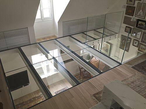 Diseño vertiginoso con este suelo de cristal extra claro, estructura de acero lacado blancoSUELO DE CRISTAL. fijación : lateral, en la altura del suelo. estructura : tubos de inox o acero lacado (secciones variables según la dimensión...