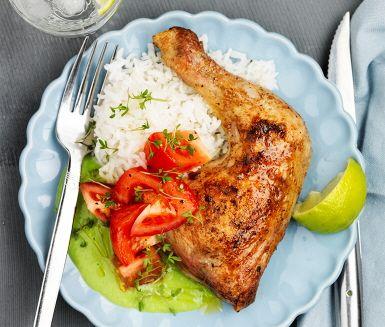I detta recept får du avnjuta saftiga kycklingklubbor tillsammans med en ärtsås och fräsch tomatsallad. Kycklingen tillreds i ugnen där de får det knapriga yttre. Den spännande ärtsåsen får smak av vitlök, lime och buljong innan de mixas slätt. Servera tillbehören med den ugnsstekta kycklingen och ris.