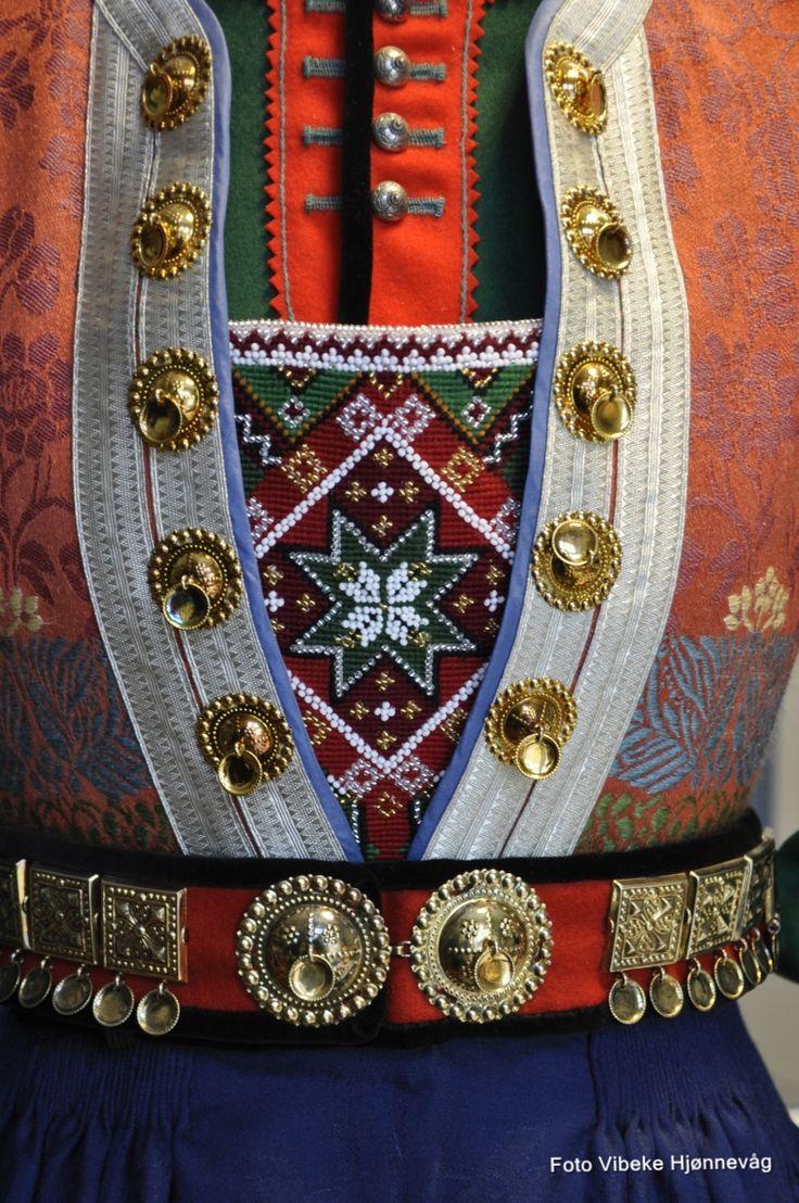 Bringeduk brodert med ullgarn og perler på stramei. Norway.
