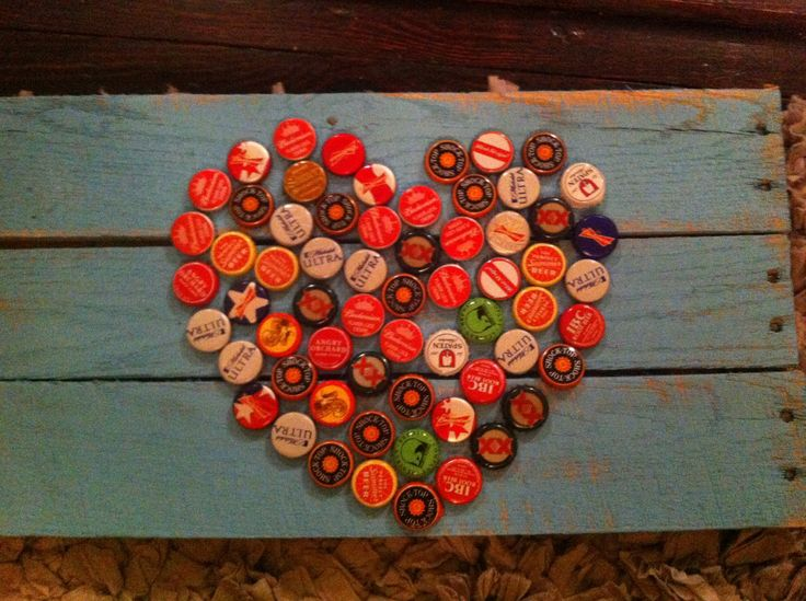 Bottle cap pallet art- I love me some beer!