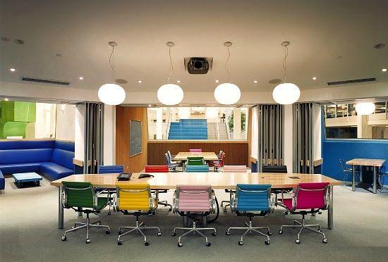 Kleurrijk kantoor met bureaustoelen in verschillende kleuren