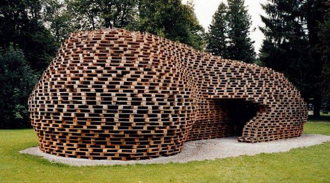 Áno, aj za týmto umeleckým dielom stoja obyčajné použité drevenépalety
