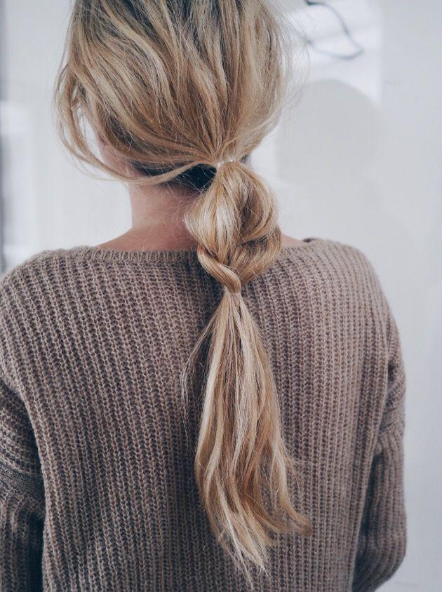 1. Lage staart Deze haarstijl ga je komend seizoen vaak terug zien. De lage staart. Er worden veel variaties gemaakt met deze haarstijl. Zelf vind ik deze lage staart met een 'messy look' erg leuk. Om deze structuur aan de brengen in je haar kun je het beste op handdoek droog haar salt spray aanbrengen. Droog het met een föhn en breng het in model.
