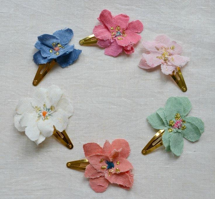 Pinzas de pelo con forma de flor.Hechas a mano con lino lavados y teñidos a mano.