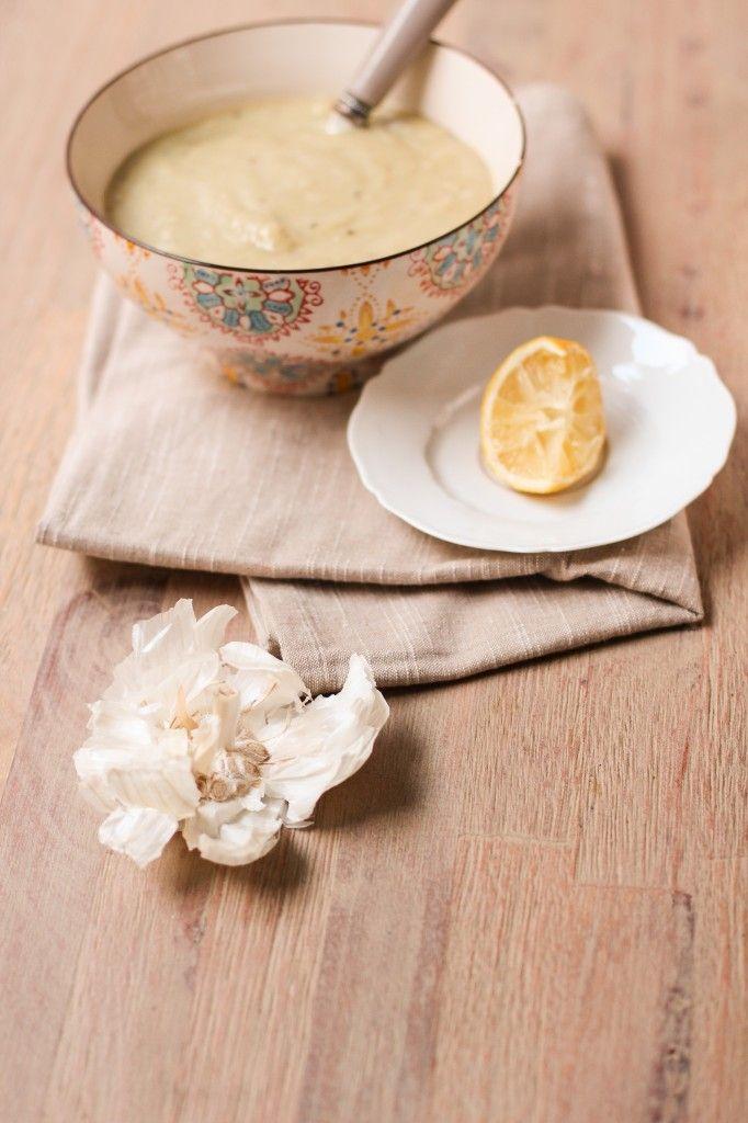 SOUPE AUX 40 GOUSSES D'AIL (Pour 2 P : 40 gousses d'ail (environ 3 têtes d'ail), 300 g de pommes de terre (6 petites), 2 oignons, 2 feuilles de laurier, 1 c c d'herbes de Provence, 2 c à s d'huile d'olive, 75 cl de bouillon de légumes, 1 citron pour servir)