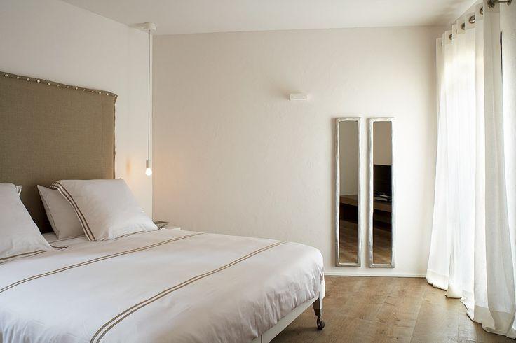 Una casa cerca del mar en la isla de la calma - Decorabien.com #dormitorio #habitación #invitados #blanco #matrimonio #casa #hogar #arquitectura #diseño de #interiores #menorca #casa en la #playa #vacaciones