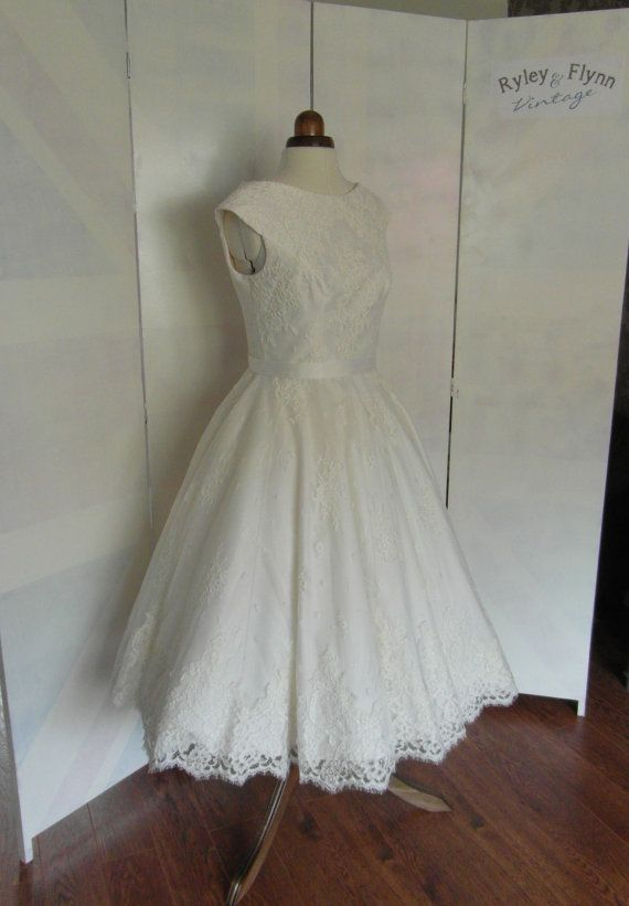 Lola-Rose Lace Tea length wedding dress door RyleyandFlynnVintage