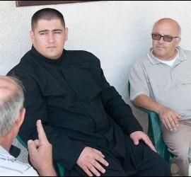 """""""La parroquia católica Sagrada Familia, situada en el barrio al-Zeitun de Gaza y hasta hoy un baluarte en el que encontraban refugio 29 niños discapacitados y nueve ancianas asistidas por tres monjas, también fue alcanzada por las bombas israelíes. Esta mañana, en efecto, los bombardeos destruyeron la casa de las monjas del Instituto del Verbo Encarnado, en el interior de la instalación. Las explosiones devastaron también la antigua escuela parroquial, la oficina del párroco y otros…"""