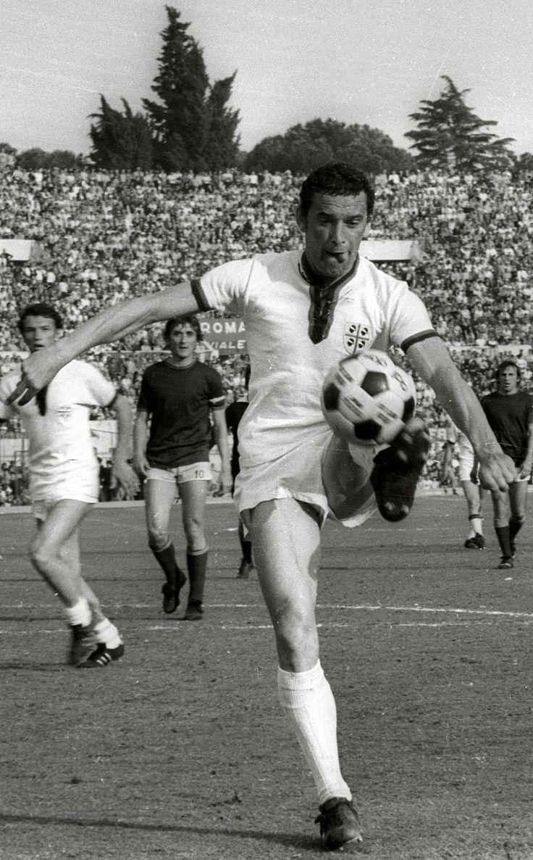 Gigi Riva in azione all'Olimpico contro la Roma